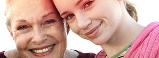 Εικόνα μιας ώριμης γυναίκας δίπλα σε μια κοπέλα. Η εικόνα δείχνει την ιστορία των ταμπόν o.b.® και τον τρόπο με τον οποίο έχουμε βοηθήσει στη βελτίωση της ποιότητας ζωής των γυναικών για περισσότερα από 60 χρόνια.